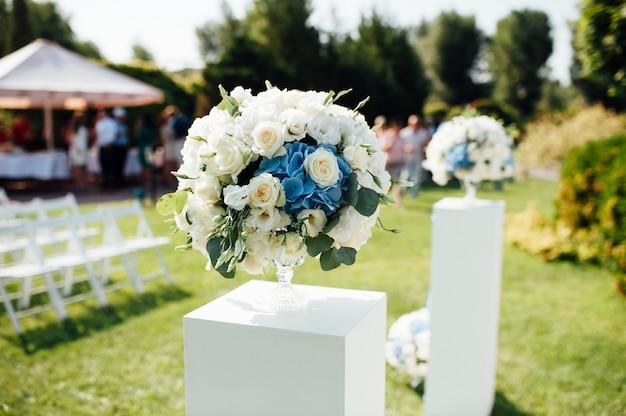 Красивое свадебное украшение в парке