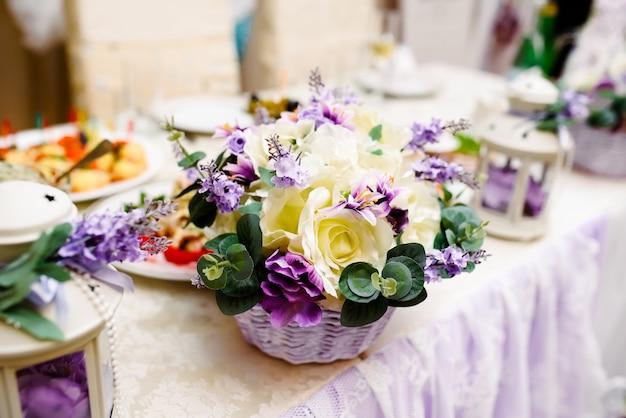 Красивые свадебные украшения и арка из цветов. стильная свадьба.