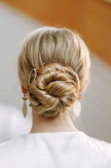 美しい結婚式のヘアスタイルの背面図のクローズアップ花嫁のジュエリーの画像と詳細