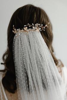 若い花嫁のための美しい結婚式のヘアスタイル。