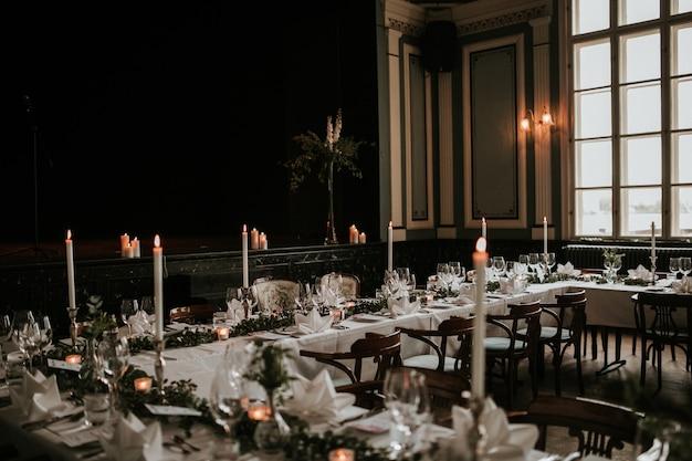 Красивый зал для свадебных торжеств с роскошной украшенной сервировкой