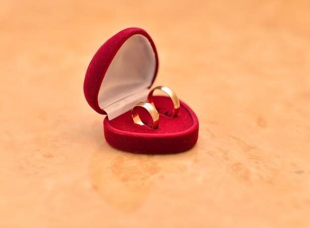 Красивые обручальные кольца в красной бархатной шкатулке.