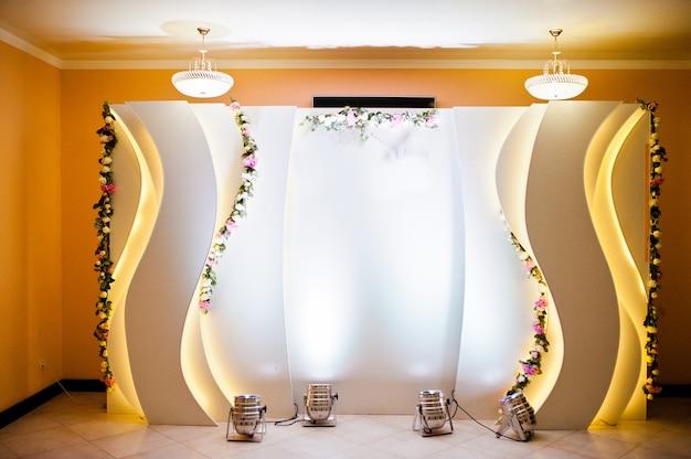 아름다운 결혼식은 식당에서 장식을 설정합니다. 고급 포토존.
