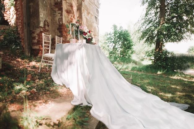 庭のキャンドルと美しい結婚式のテーブル。
