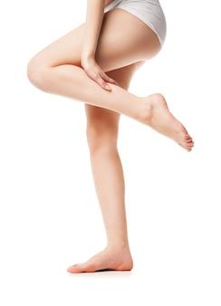 美しい濡れた足、白い背景で隔離の女性の足