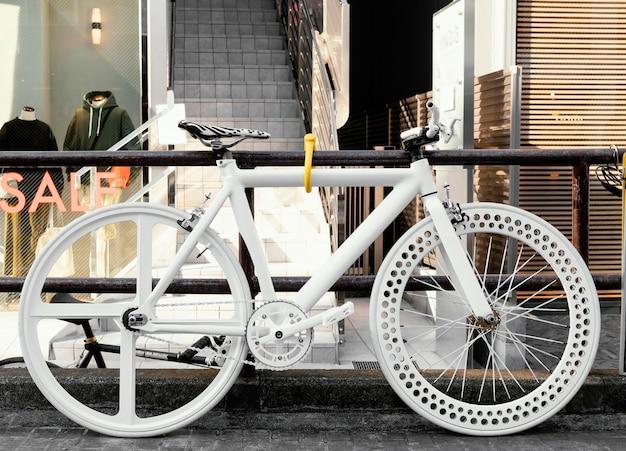 Красивый белый велосипед на открытом воздухе