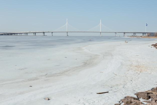 春の美しい白い橋サンクトペテルブルク、ロシア