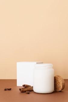 갈색 단단한 표면에 계피 스틱이 달린 아름다운 하얀 촛불