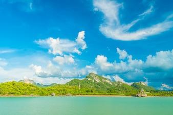 Красивое белое облако на голубом небе и море или океане
