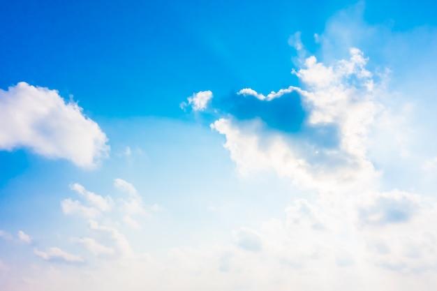 푸른 하늘에 아름 다운 흰 구름