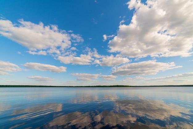 푸른 하늘에 대 한 아름 다운 흰 구름입니다. 여름 자연 배경입니다.