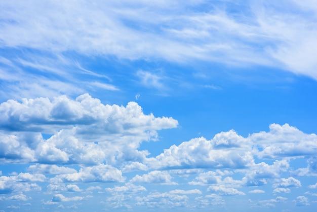 밝은 푸른 하늘에 아름 다운 흰 구름입니다.