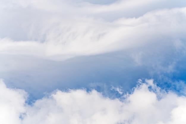 空の美しい白い雲。自然気象学の背景の風景のビュー。