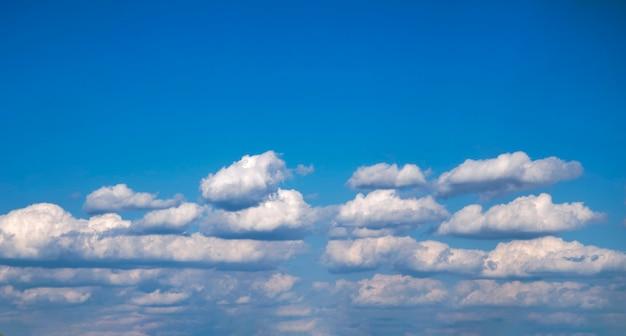 青い空の晴れた日の美しい白い雲