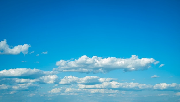 きれいな青い空のテクスチャに美しい白い雲