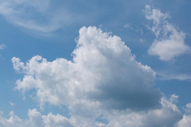 青い昼間の空に美しい白い積雲