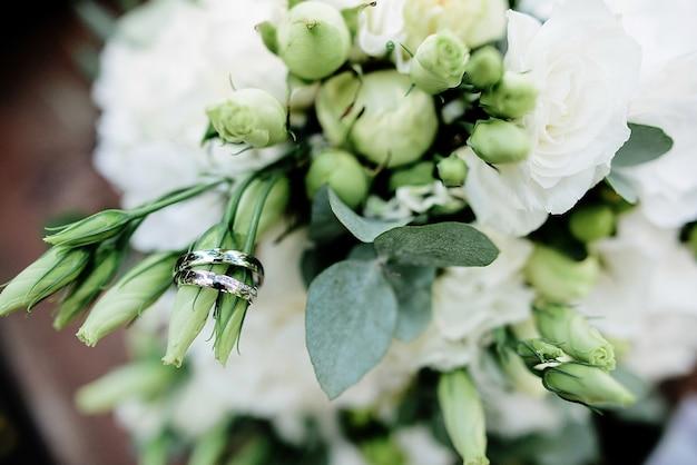 결혼식에서 중심에 대 한 아름 다운 흰 꽃 꽃다발