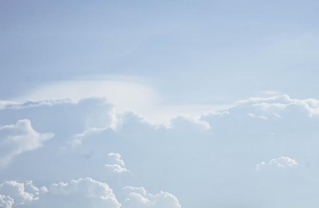 美しい白いふわふわの雲の空の背景