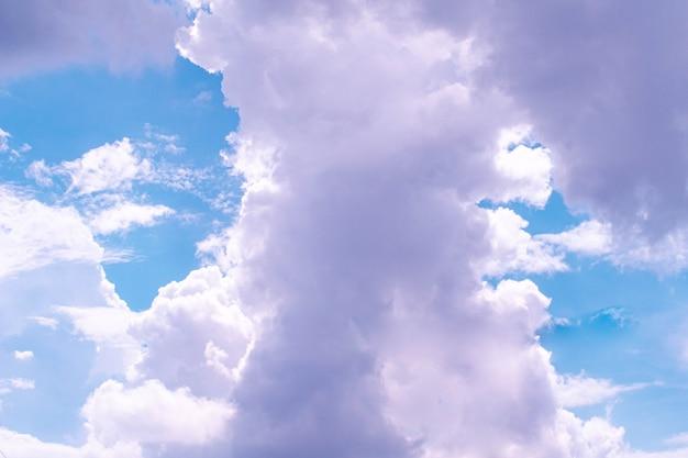 美しい白いふわふわ雲空の背景