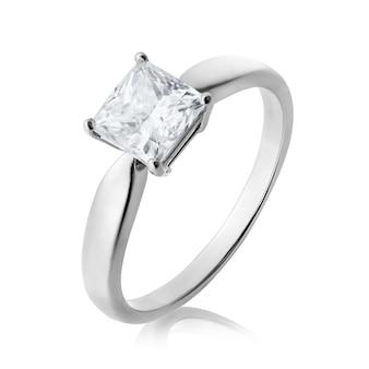 Красивое обручальное кольцо из белого золота с бриллиантом на белом фоне