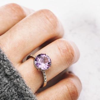 Красивое кольцо на руку из белого золота с аметистом и мелкими бриллиантами