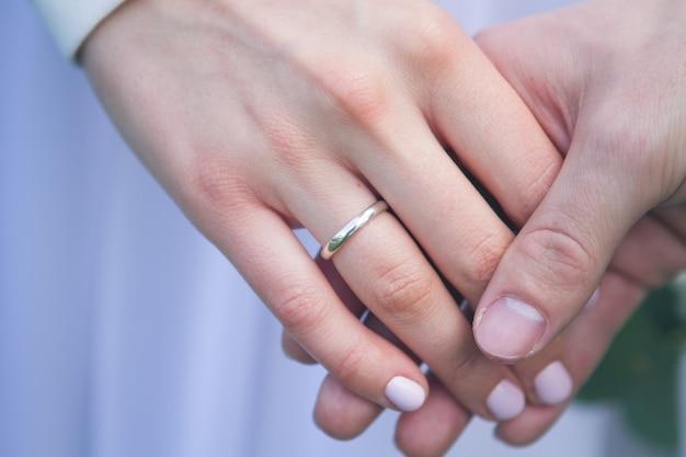 Красивое обручальное кольцо из белого золота
