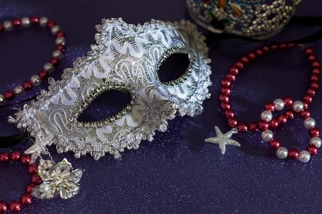 아름 다운 화려한 종이 배경에 아름 다운 하얀 마디 그 라 또는 카니발 마스크