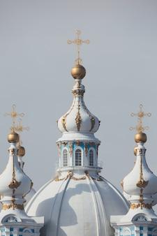 가까이에 십자가와 아름 다운 흰색 정통 돔