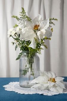 아름다운 흰색 포인세티아 배열