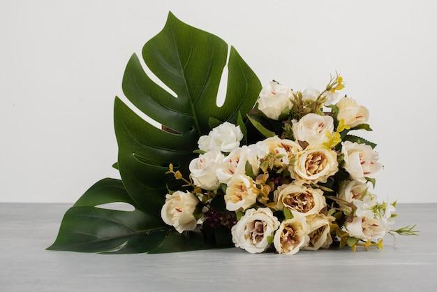 회색 표면에 아름 다운 흰 장미 꽃다발입니다.