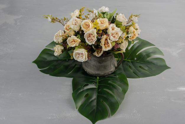 회색 테이블에 아름 다운 흰 장미 꽃다발
