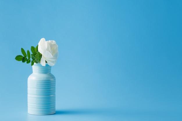 Красивые белые розы в синей вазе