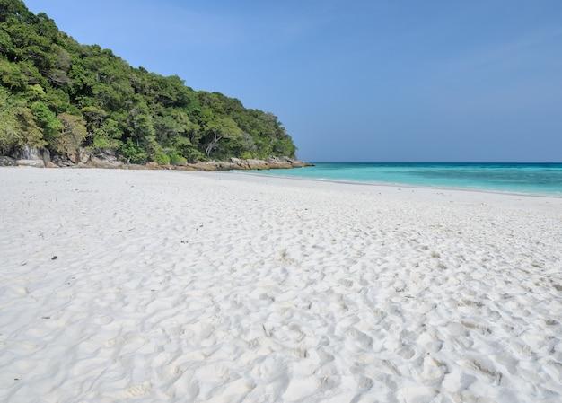 Красивый белый песчаный пляж ко тачай, симиланский национальный парк, таиланд