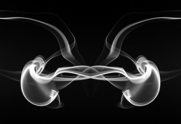 Красивый белый дым аннотация на черном фоне, огонь