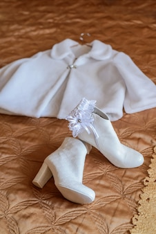 美しい白い結婚式の毛皮のコートとブーツ