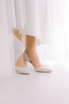 신부의 아름다운 하얀 웨딩 슈즈.