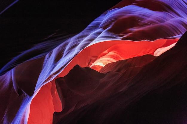 有名なアンテロープキャニオンの素晴らしい砂岩層の美しい広角ビュー