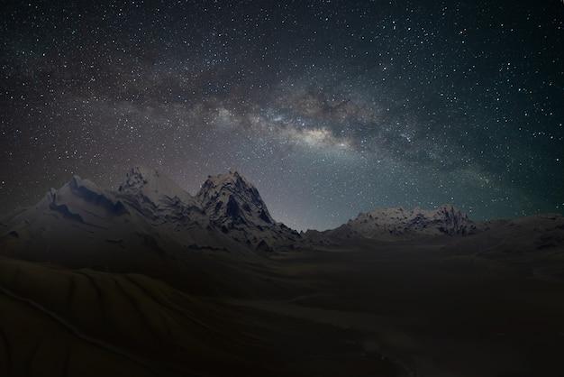 星と天の川銀河天文学の向きの澄んだ空と美しい広い青い夜空