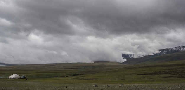 灰色の暗い空の下で霧の低地の美しいワイドショット