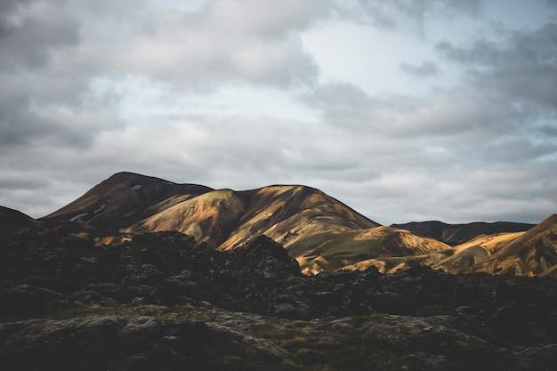Красивый широкий снимок гор под ясным голубым небом