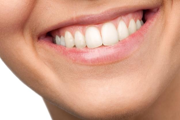 Красивая широкая улыбка молодой свежей женщины с большими здоровыми белыми зубами.
