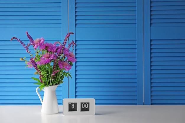 Букет красивых полевых цветов на синем складном экране