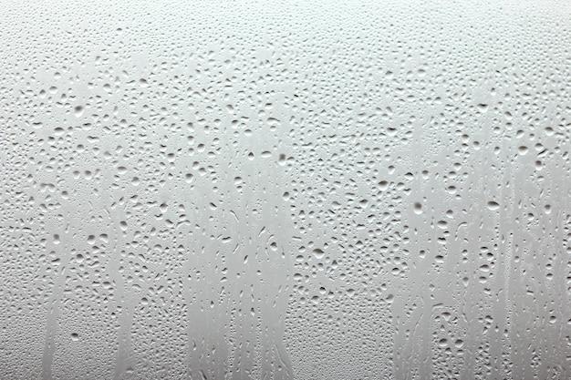 ドロップの背景を持つ美しい窓ガラス