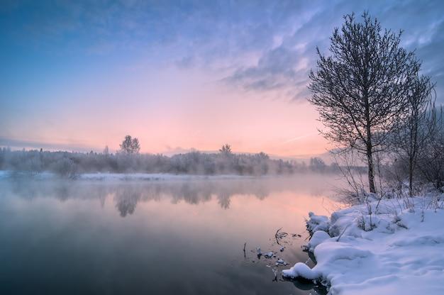 Прекрасный зимний рассвет на незамерзающей реке