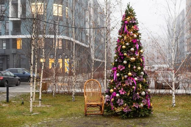 거리에서 크리스마스 사진 촬영을 위한 아름다운 겨울 장식