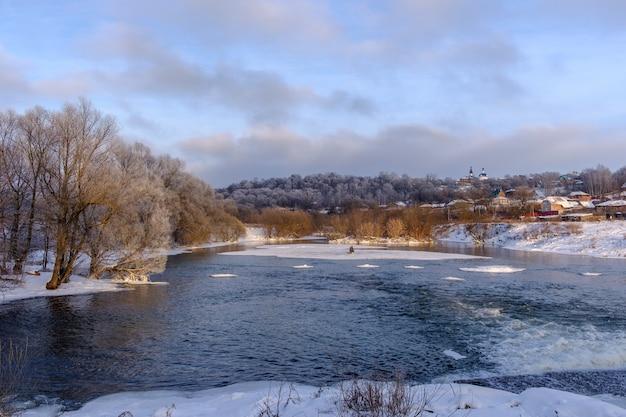 Прекрасный зимний вечер в старинном русском городе зарайск, на берегу реки осетр.