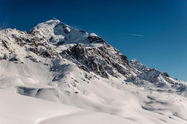 雪に覆われた山の美しい冬の風景