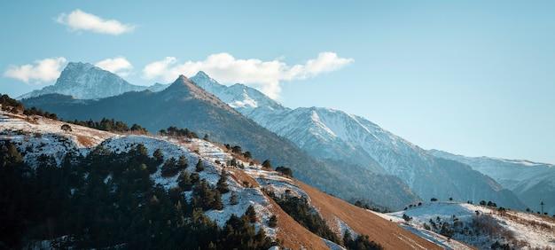 러시아 잉구셰티아 공화국 코카서스 산맥의 공중 파노라마가 있는 아름다운 겨울 풍경