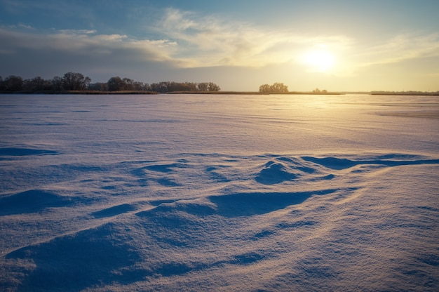 Красивый зимний пейзаж с озером и закатным небом. композиция природы.