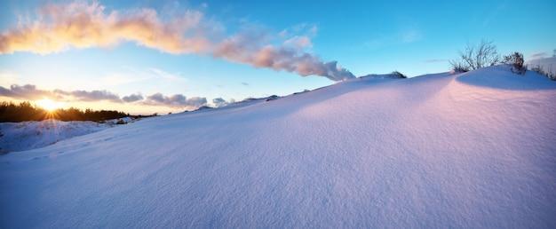 夕焼け空と美しい冬の風景